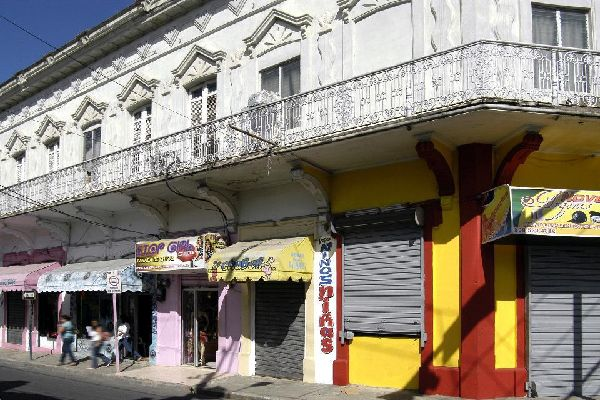 Pedernales, situado en el extremo sudoeste del país, en la frontera con Haití, es un agradable pueblo de pescadores, a 119 km de Barahona y 319 km de la capital Santo Domingo. Un puente peatonal atraviesa el río que marca la frontera para llegar a Anse-à-Pitres, en Haití. Este pueblecito con aires del Lejano Oeste, que propone varios hoteles económicos con un confort un poco básico, es el punto de ...