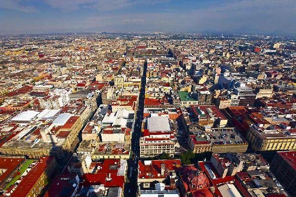 Antica capitale dell'impero azteco, la Babilonia messicana è una delle più gigantesche megalopoli del pianeta, con i suoi 20milioni di abitanti e un tasso di inquinamento e di criminalità inquietanti: la sua cattiva reputazione è davvero tenace. Ma i musei e i palazzi, i siti archeologici, i vasti mercati d'artigianato, i quartieri popolari e la trepidante vita notturna la rendono una città piena ...