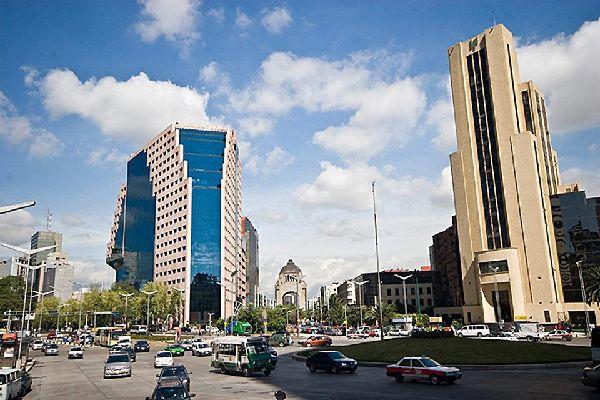 Città del Messico rappresenta un quinto della popolazione nazionale del Paese. La città conta più do 500 grattacieli.