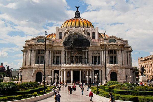 La Palais des Beaux-Arts de Mexico est le plus important du Mexique. Depuis 1987 le sit est classé au patrimoine mondial de l'UNESCO.