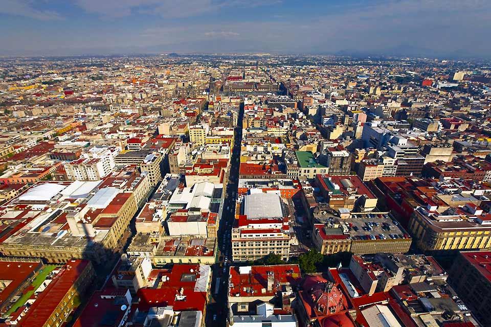Die ehemalige Hauptstadt des Aztekenreiches, bekannt als mexikanisches Babylon, zählt mit 20 Mio. Einwohnern zu den größten Megapolen der Welt und weist beunruhigende Verschmutzungsraten und Kriminalitätszahlen auf: Der schlechte Ruf von Mexiko-Stadt ist mehr als hartnäckig. Dennoch verleihen die verschiedenen Museen und Paläste, archäologischen Sehenswürdigkeiten, die großen Handwerksmärkte, die populären ...