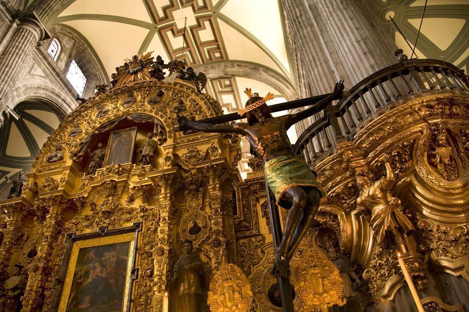 Bâtiment imposant de la ville, la Cathédrale possède une statue du Christ suspendu sur la Croix.