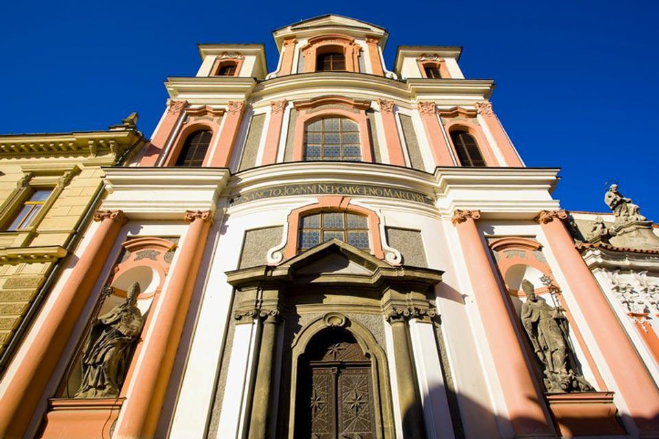 Saint Jean est le principal patron de Bohême où ses statues ornent beaucoup de ponts.