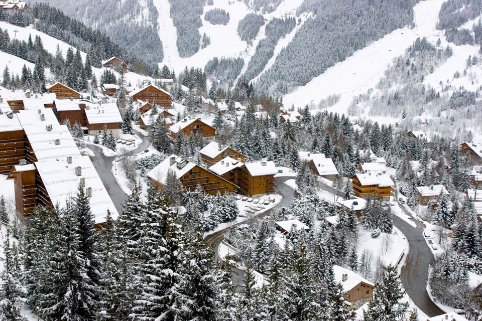 Méribel est une station de ski très chic située au coeur de la Savoie. Elle fait partie des 3 Vallées, plus grand domaine skiable du monde composé des stations de Courchevel, La Tania, Brides-les-Bains, les Menuires, Val Thorens et Méribel. Chacun y trouvera son bonheur, avec 600 km de pistes de ski pour tous les niveaux et toutes les envies. Avec un seul forfait, vous avez la liberté de passer d'une ...