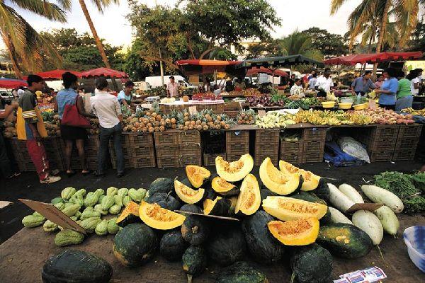 Conocida por su mercado, que se celebra por la mañana, Saint-Paul atrae tanto a los habitantes de la isla como a los turistas