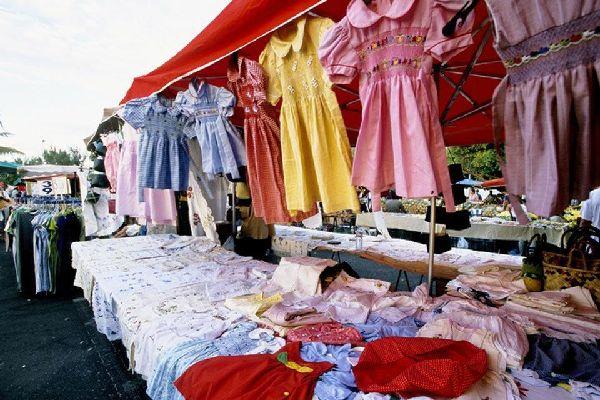 Son muchos los productos procedentes de Madagascar, como estos vestidos, que se venden a buen precio.