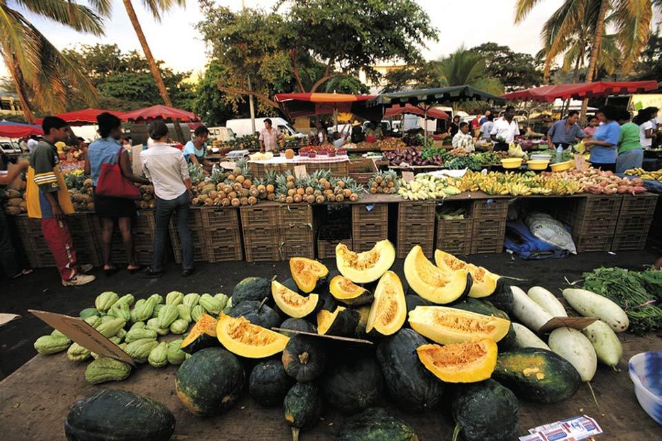 Famosa per il suo mercato presente ogni mattina, Saint Paul attira sia gli autoctoni che i turisti.