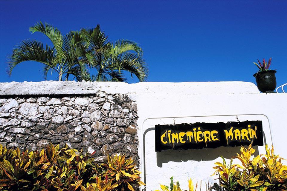 All'uscita di Saint Paul, il cimitero marino merita una visita. Delimitato da palme da cocco, custodisce le salme di numerose celebrità.