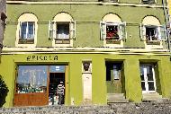Colorées, les boutiques et maisons affichent leur nom et leur fonction à l'aide d'enseignes en fer forgé.