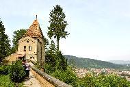 Elle domine la ville et la vallée sur son promontoire, protégée par une enceinte pourvue de seize tours massives.