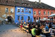 Les ruelles pavées et les belles maisons aux couleurs pastel garnies de balcons fleuris offrent aux visiteurs un véritable voyage dans le temps.