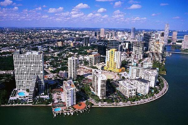La ville de Miami est surnommée le passage des Amériques en raison de sa vitalité économique culturelle et linguistique.