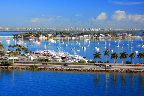 Le port de Miami est un centre de transit majeur à destination des Amériques. C'est aussi la capitale mondiale des croisières.