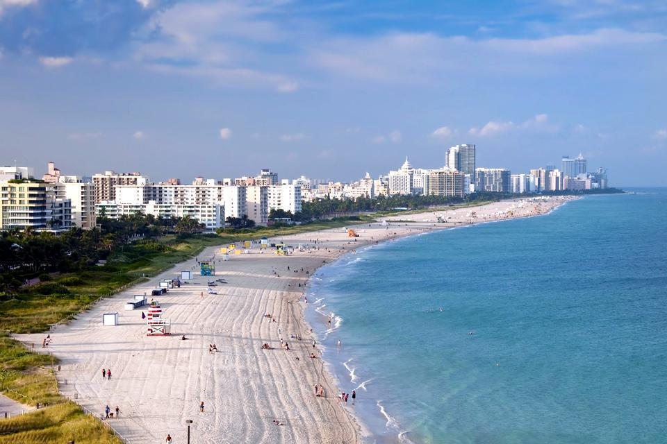 Miami Beach, a city neighbouring Miami, is known for its fine sand, its palm trees and its numerous private beaches.
