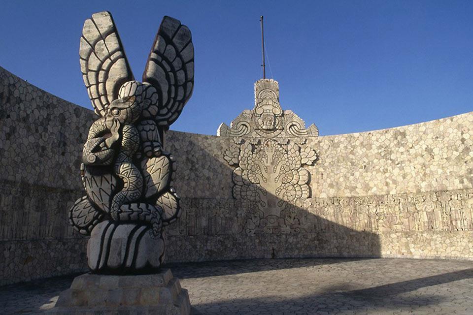 Dettaglio del monumento alla patria, composto dall'aquila e dal serpente.