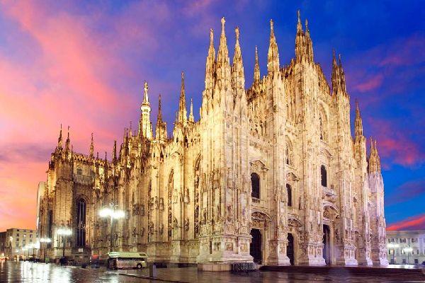 Das lebendige, undurchsichtige, angesagte und nervöse Mailand war im Verlaufe der Geschichte oftmals eine der italienischen Städte, der es am besten gelang, die Einflüsse des modernen und avantgardistischen Europas zu integrieren und zu absorbieren. Das dauerhafte Bestreben nach Aktualität und Moderne sowie der permanente Erneuerungswunsch haben nur wenig zur Bewahrung des Kulturerbes dieser Stadt ...