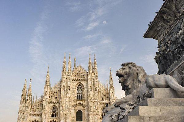 Der Dom ist das Wahrzeichen der lombardischen Hauptstadt und Santa Maria Nascente gewidmet. Er befindet sich auf dem gleichnamigen Platz der Stadt.