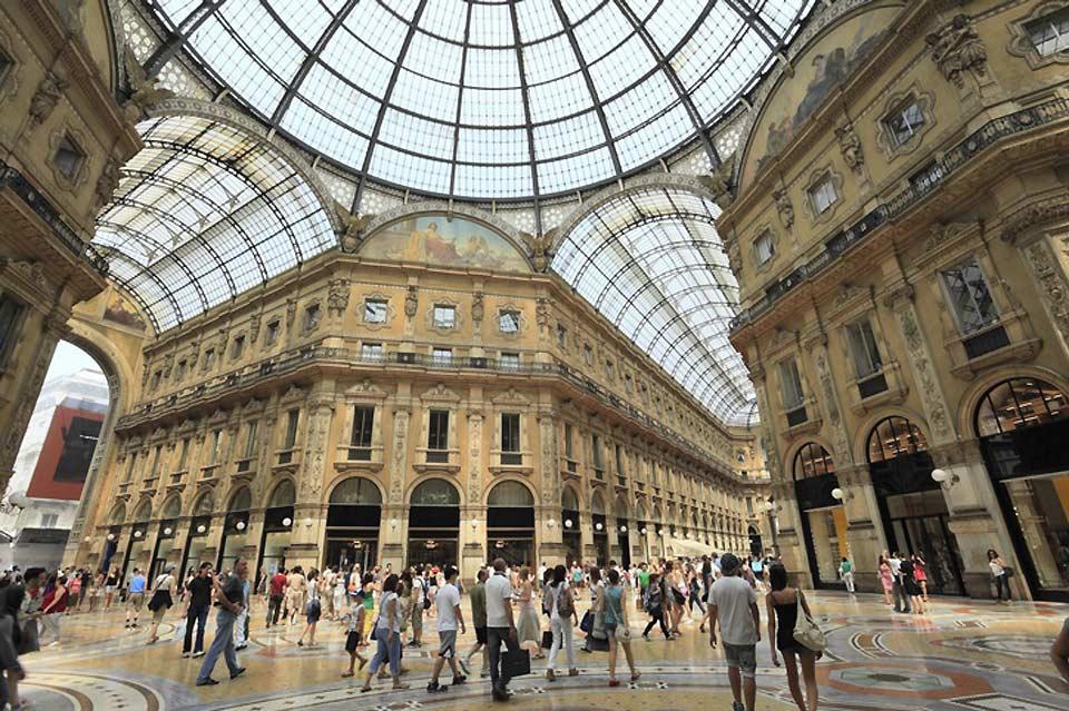 Nel pieno centro della città, la galleria ottocentesca è il tempio dello shopping milanese