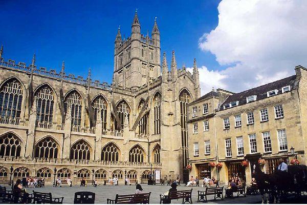 176 km im Südosten von London befindet sich Bath, ebenfalls sehr sehenswert. Seine Architektur ist von der UNESCO zum Weltkulturerbe erklärt worden: die bemerkenswertesten Gebäude umfassen die Abbey Church, die römischen Bäder und die Empfangssäle, in denen sich ein Museum für Kleidungsstücke befindet. Spazieren Sie entlang des Royal Crescent, der von Häusern aus dem 18. Jahrhundert umgeben ist, und ...