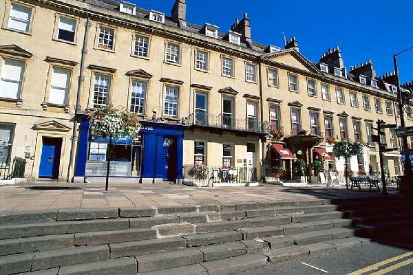 Reihenhäuser mit Terrassenrestaurant im Zentrum von Bath.