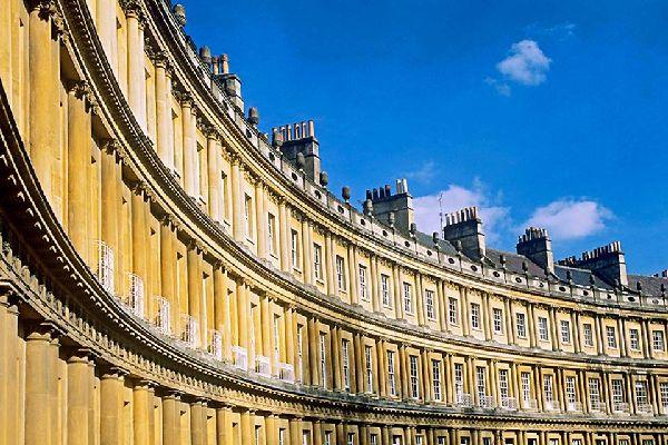 Machen Sie ebenfalls einen Abstecher zum Royal Crescent, einem herausragenden Beispiel georgianischer Architektur.