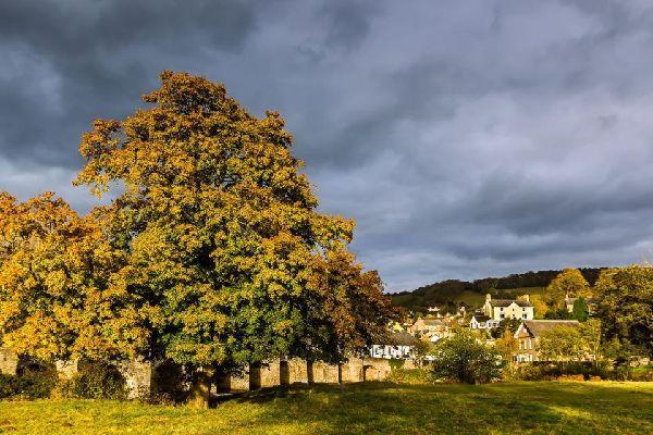 Véritable paradis naturel, le parc national des Brecon Beacons est connu pour ses landes herbeuses, réservoirs, cascades et paysages montagneux et accidentés. La faune y est abondante et le parc national est un endroit idéal pour l'observation des oiseaux. Si la nature est votre raison d'être, alors Brecon Beacons est l'endroit où aller. Il a été décrété parc national en 1957, bien que les plus anciennes ...