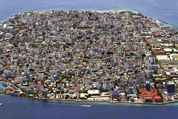 Malé regroupe environ 100 000 habitants qui vivent principalement de la pêche et du tourisme.