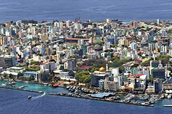 L'îlot de Malé est particulièrement urbanisé et constitue la seule ville importante de l'archipel.