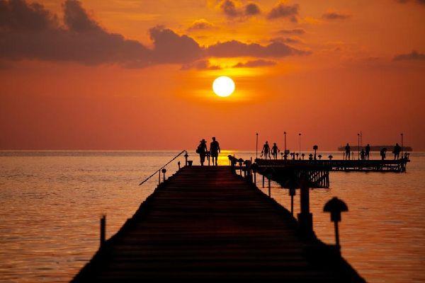 A l'image de l'archipel, Malé présente une grande diversité ethnique (8 ethnies) mais 98 % de l'atoll est constitué de Maldiviens.