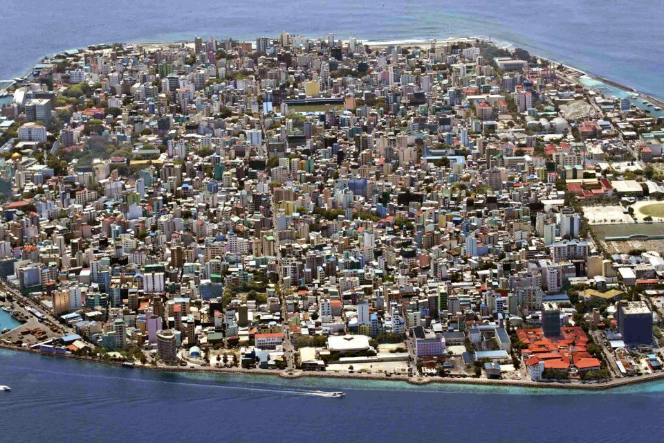 Malé conta circa 100.000 abitanti, che vivono principalmente di pesca e turismo.