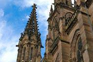 La flèche de la tour de chevet culmine à 97 mètres. Cela en fait le plus haut clocher du Haut-Rhin.