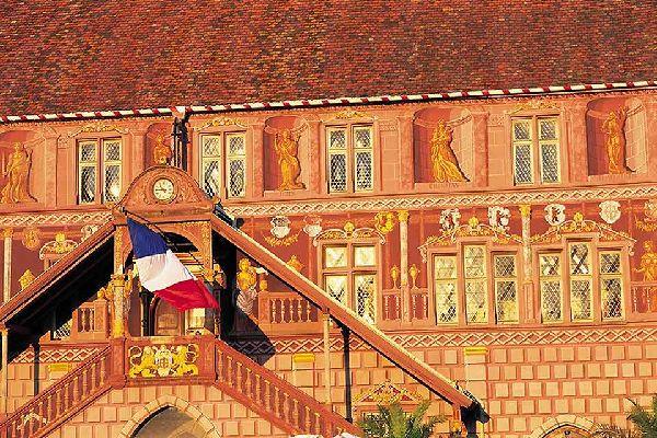 L'escalier extérieur orné d'un clocheton et les pignons à volutes sont typiquement issus de ce courant architectural.
