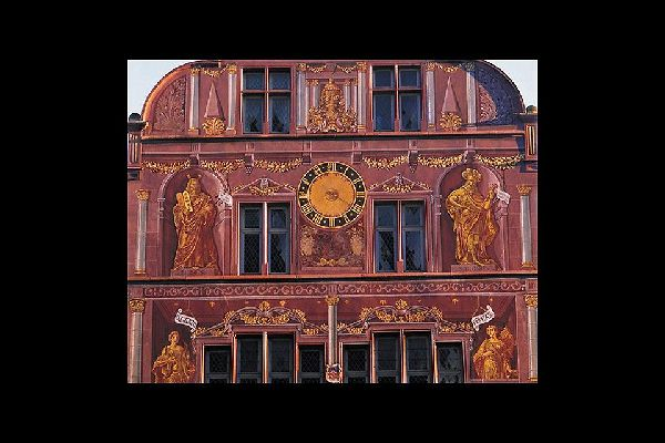 """Elle rassemble l'Hôtel de Ville et le temple Saint-Etienne. Le terme """"réunion"""" désigne le rattachement de Mulhouse à la République Française en 1798."""