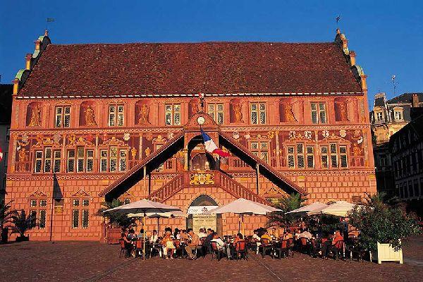 Ce momument, construit en 1552, est un exemple type de la Renaissance rhénane. A l'intérieur, les visiteurs peuvent découvrir des fresques murales datant du 16ème siècle.