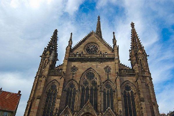 Ce monument est le plus haut édifice religieux protestant de France. Certaines stalles datant de la première moitié du 17ème siècle peuvent encore être observées à l'intérieur.