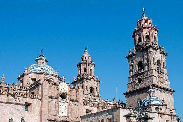 Fondée en 1541, Morelia est l'opulente capitale du Michoacán. Classée au patrimoine mondial de l'Unesco, elle représente la quintessence de l'architecture coloniale du XVIIème et du XVIIIème siècle. La cantera rosa, pierre basaltique, teinte d'ocre et de rose ses innombrables églises et hôtels particuliers. A découvrir dans les cours des universités et des palais gouvernementaux, tel le Palacio Clavijero, ...