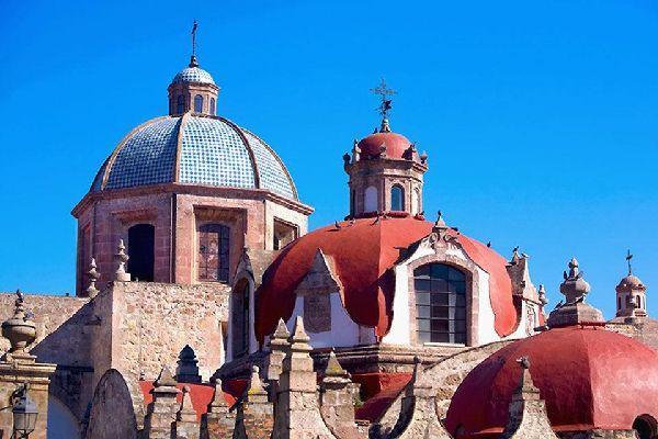 Morelia est une cathédrale baroque aux toits colorés, datant du XVIIème siècle.