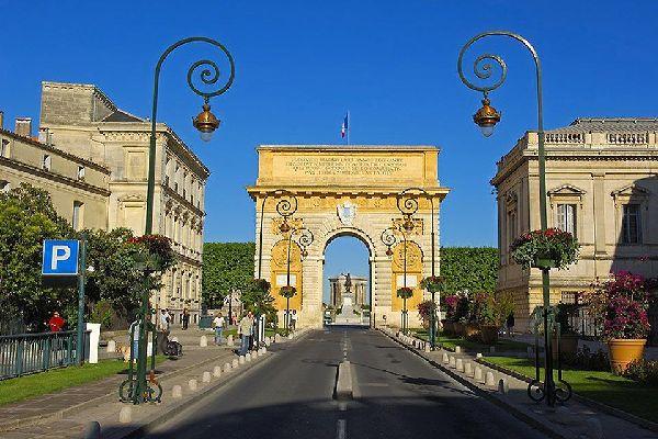 Cet arc de triomphe montpelliérain mesure 15 mètres de haut pour 18 mètres de largeur. Il fut construit en l'honneur du roi Louis XIV.