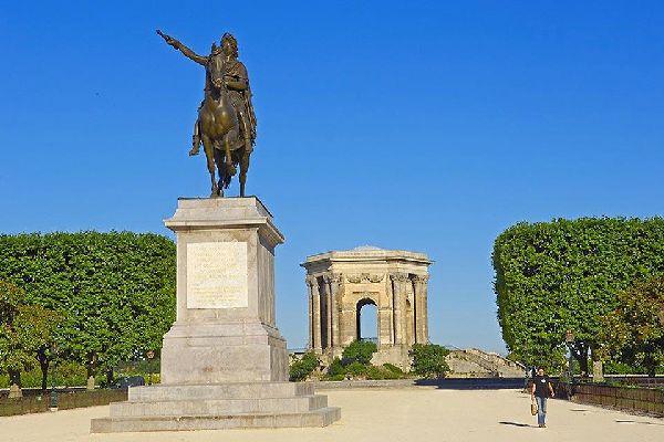 Les inscriptions latines en haut du bâtiment sont à la gloire du roi de France. Elles signifient entre autres que Louis XIV a apporté la paix sur la terre et sur la mer.