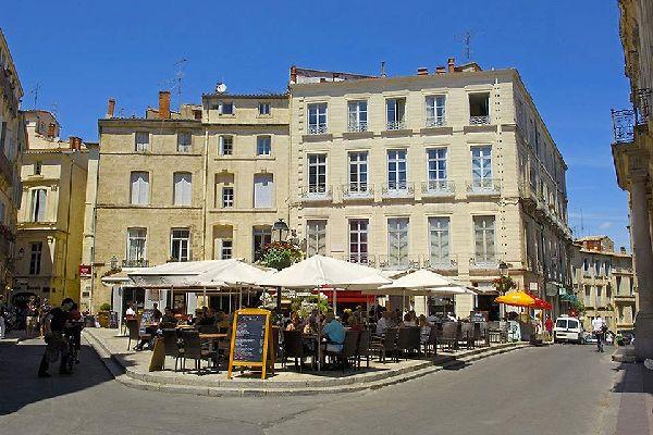 Prendre le déjeuner dans un restaurant en plein air... Grâce à son climat méditerranéen, la ville de Montpellier offre la possibilité de profiter d'après-midi sous le soleil.