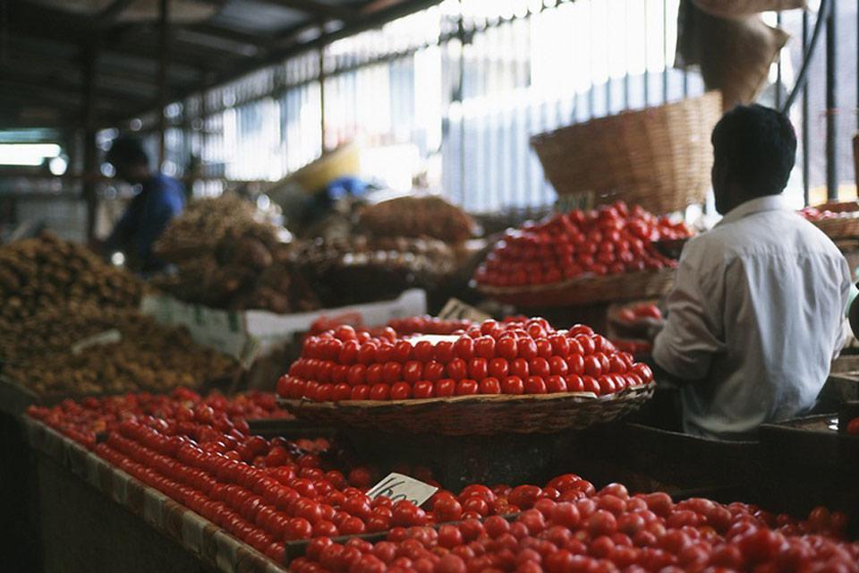 Girovagando per la citta', è facile trovare qualche donna vicino ad un pozzo che tenta di vendere il raccolto agricolo familiare, offrendo pomodori e qualche cipolla.
