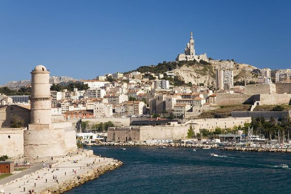 """Dal Vieux-Port, si gode di una vista imperdibile sulla """"Bonne Mère"""", come viene chiamata in loco."""