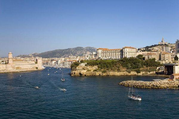 Quando si entra nella città di Marsiglia dal mare, si viene accolti dal palazzo del Pharo e dalla fortezza Saint-Jean.