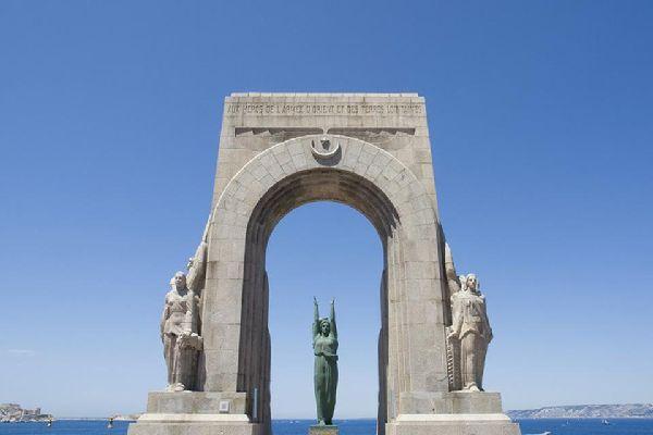 Questo edificio, costruito in omaggio ai combattenti del Nord Africa, si apre sul Mediterraneo.