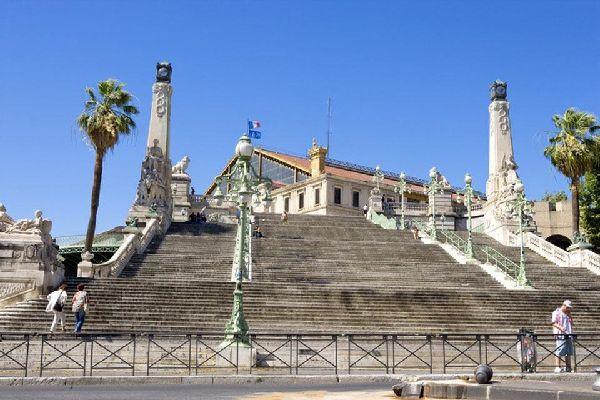 In prossimità di questo punto strategico, che comunica con il centro storico mediante una scala monumentale, si trovano numerosi hotel.
