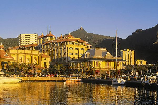 La città è protetta da una fila di montagne da un lato ed è nascosta al centro di una baia dall'altro.