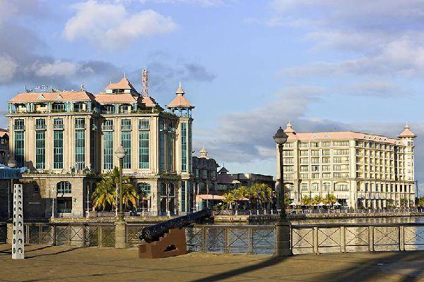 La città possiede ancora tracce del colonialismo francese e inglese.