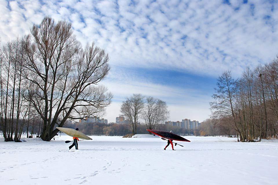 Zwei Kanufahrer aus Minsk sind, nahe der Stadt, auf der Suche nach Wasser um in der winterlichen Kälte ihre Kanus ins Wasser gleiten zu lassen.