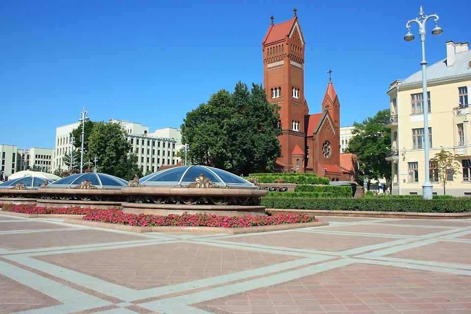 Nachdem Minsk 1944, mit nur noch 50.000 Einwohnern, befreit wurde, wurde der Stadt, für die heldenhafte Verteidigung, in der Sowjetunion der Ehrentitel Heldenstadt verliehen.