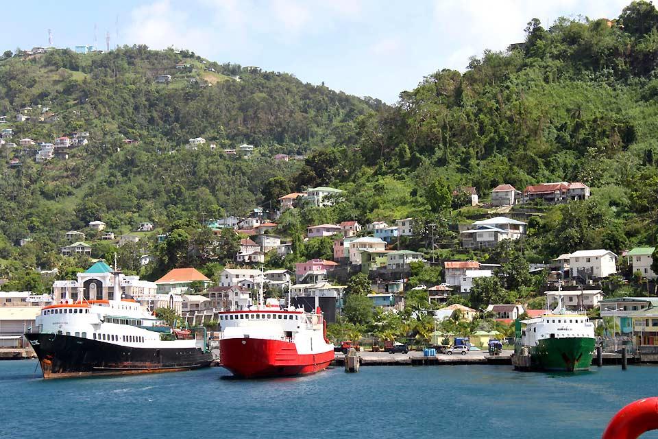 Im geschäftigen Hafen Kingstowns werden die Waren für alle Inseln der Grenadinen verladen.